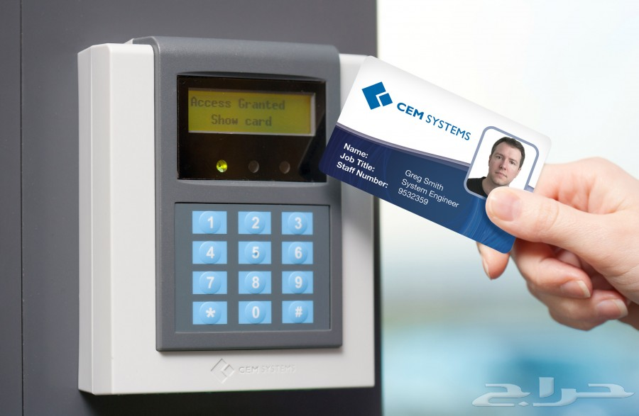 يوجد جهاز التحكم بالدخول بالبطاقة و الرقم السري و الرموت
